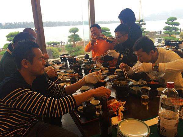 カニ&海鮮丼食べ放題、お食事風景