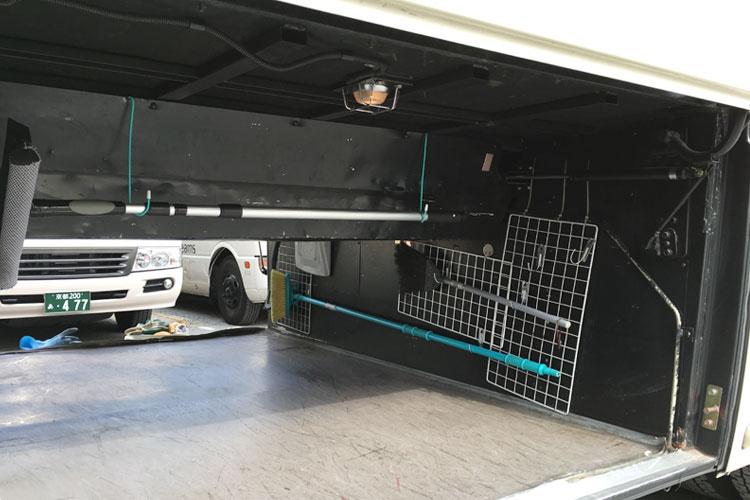 両サイドから積み込み可能な広々トランク。