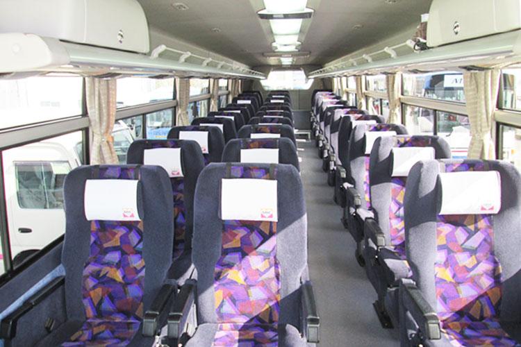30名乗り(正席30+補助席0)、2列+1列設計の広い車内。