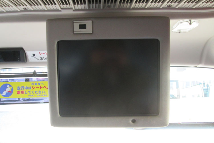 前方にテレビを1台設置。
