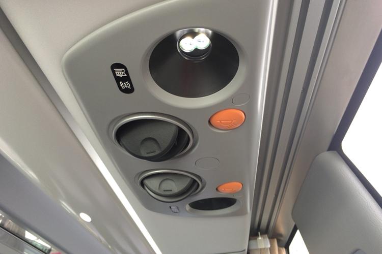 お座席毎に読書灯と空調機付き。