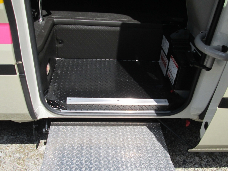 乗車口に補助ステップ付きで安心。