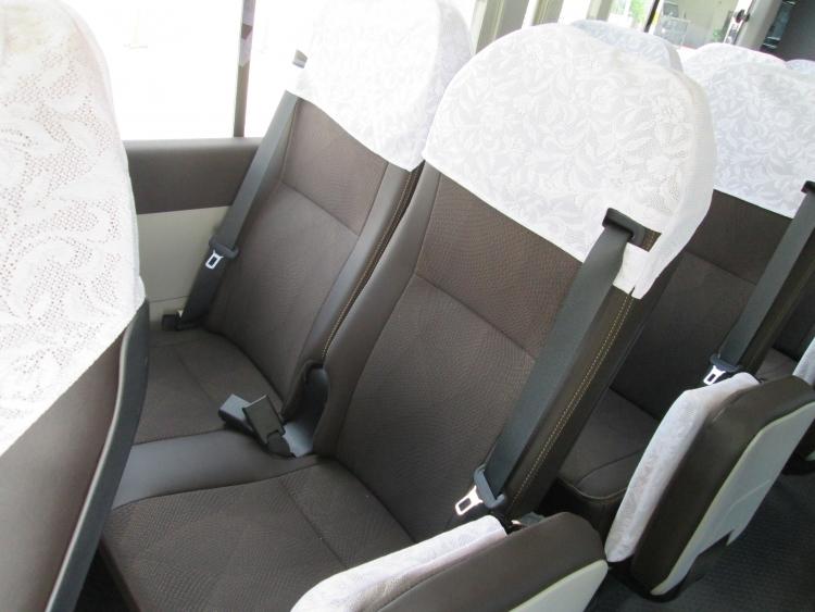 リクライニング可能な高級シートを採用。